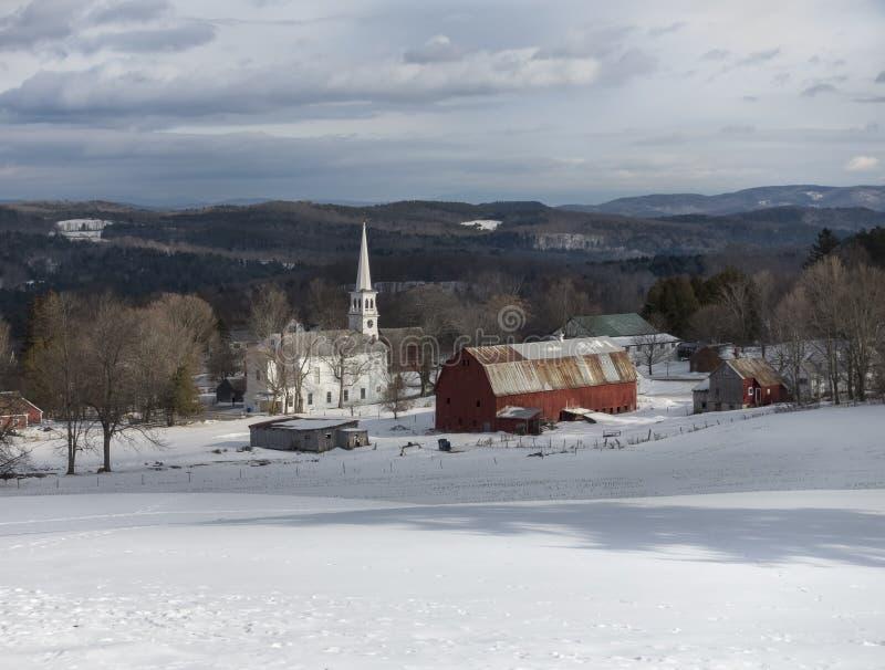 Igreja e celeiro de Peacham Vermont no inverno imagem de stock royalty free