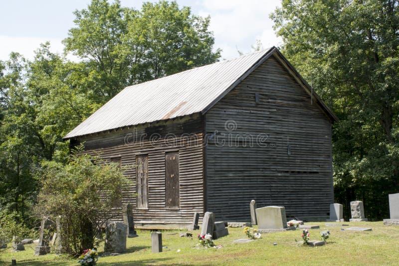 Igreja e cemitério abandonados foto de stock