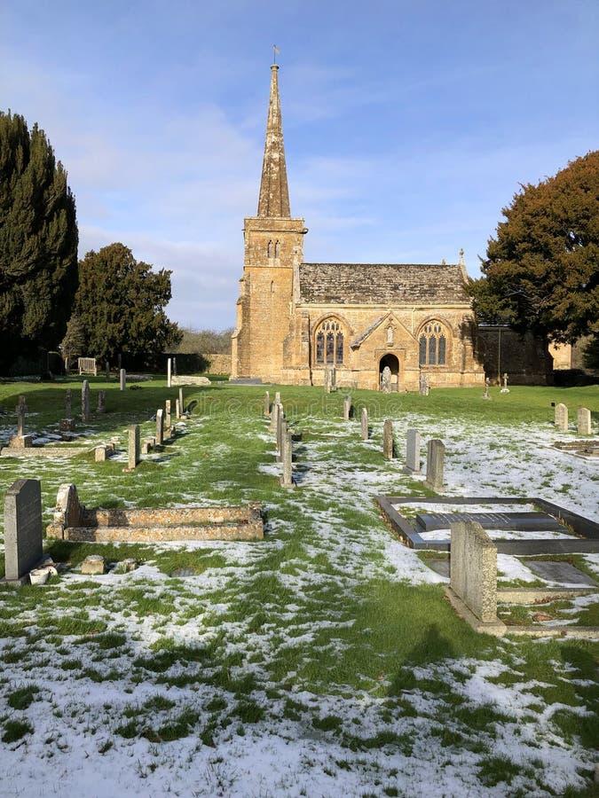 Igreja e cemitério na paisagem do inverno com neve, Reino Unido imagens de stock royalty free