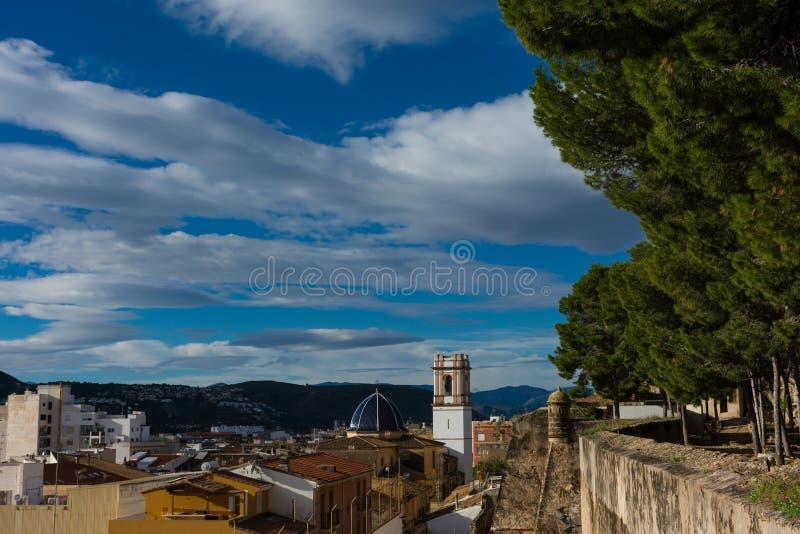 Igreja e cidade do castelo fotografia de stock royalty free