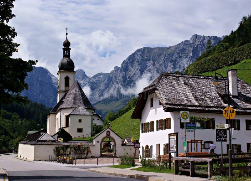 Igreja e em velho da casa \ Ramsau \ imagens de stock