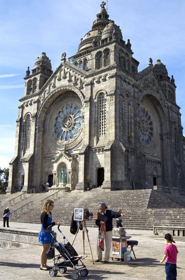 Igreja e fotógrafo históricos no trabalho fotografia de stock royalty free