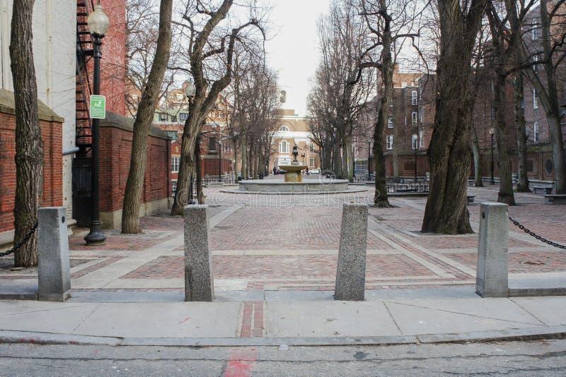 Igreja e Paul Revere Statue nortes idosos fotografia de stock royalty free