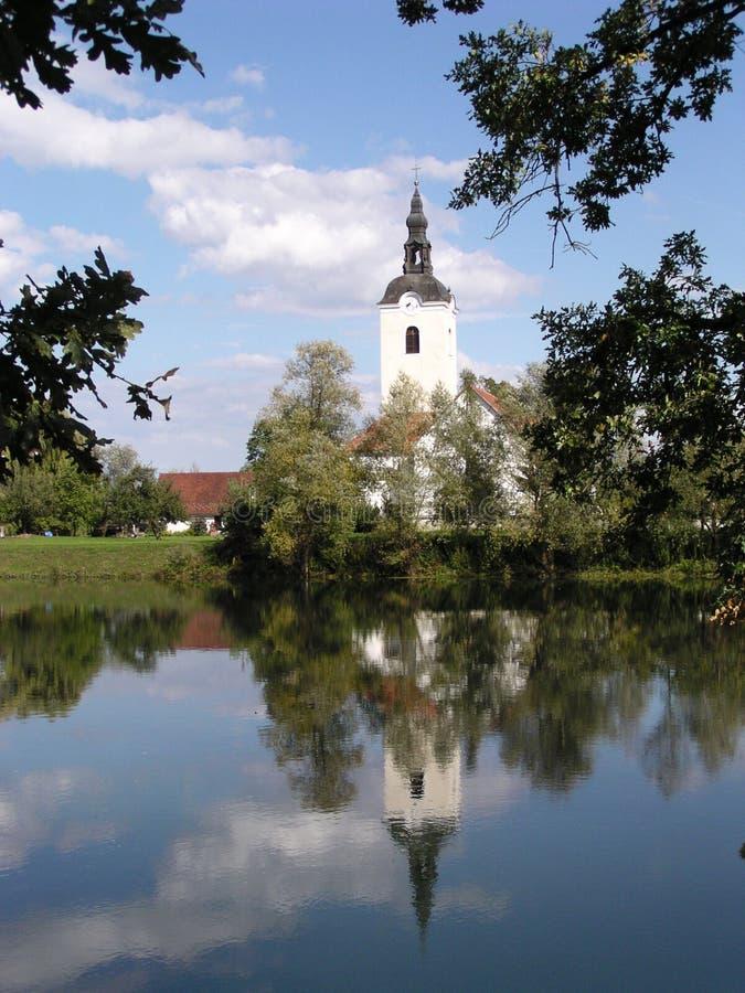 Igreja e rio (Slovenia) imagem de stock