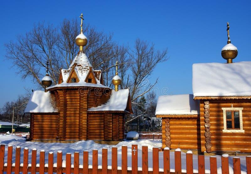Igreja e schol na vila russian fotografia de stock