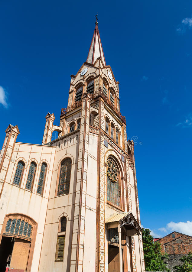 Igreja e torre velhas de Brown sob o céu azul fotografia de stock