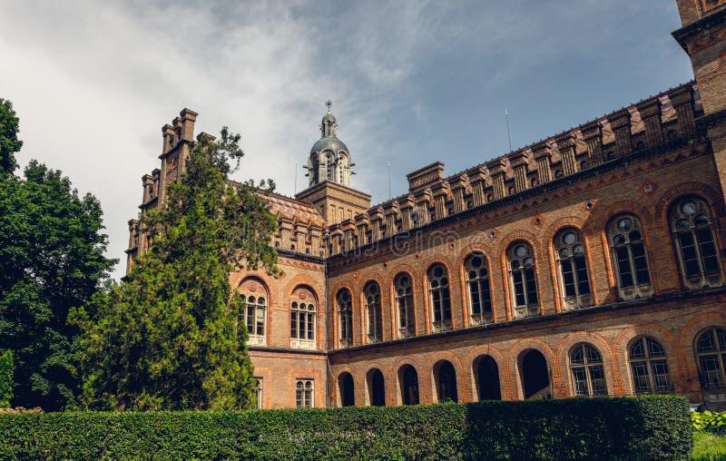 Igreja e universidade antigas na cidade de Chernivtsi, Ucrânia imagem de stock royalty free