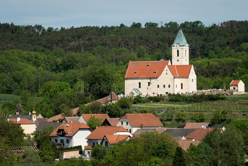 Igreja e vila Schiltern na Baixa Áustria imagens de stock