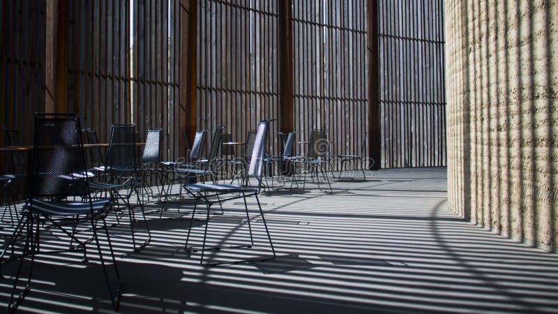 Igreja em Berlim Tabelas e cadeiras imagens de stock royalty free