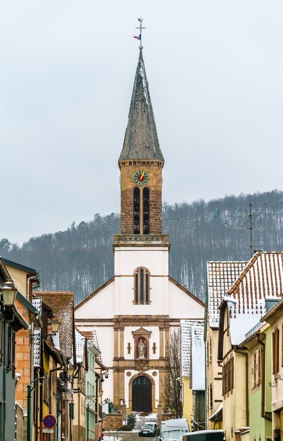 Igreja em Kintzheim, uma vila de Matrin de Saint em Bas-Rhin - Alsácia, França imagem de stock