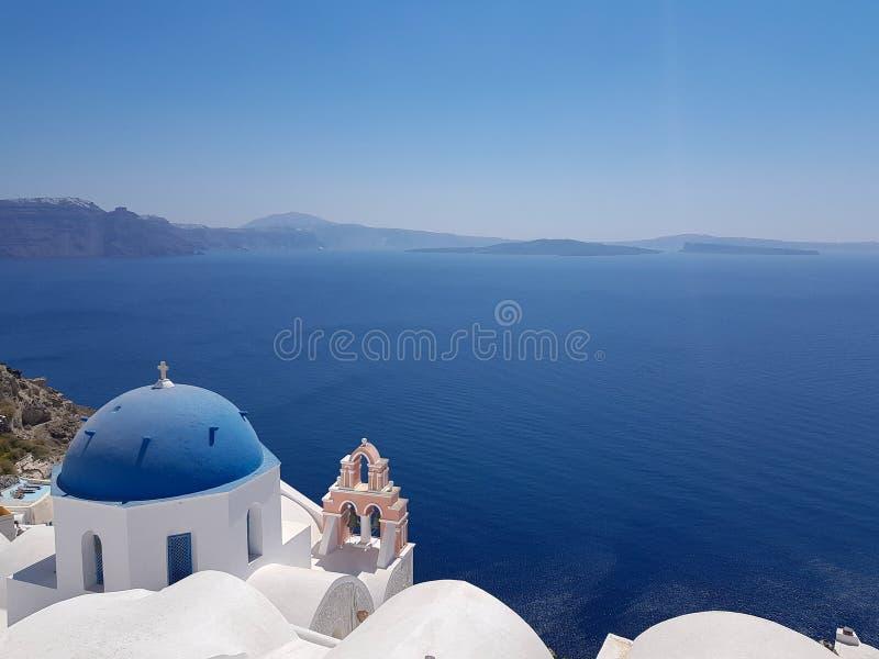 Igreja em Santorini e no mar aberto imagem de stock royalty free