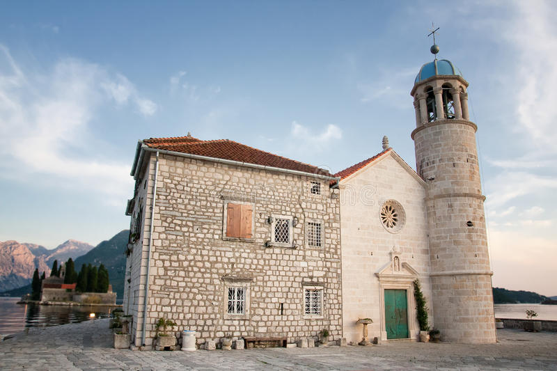 Igreja em um dos consoles de Perast, Montenegro imagens de stock