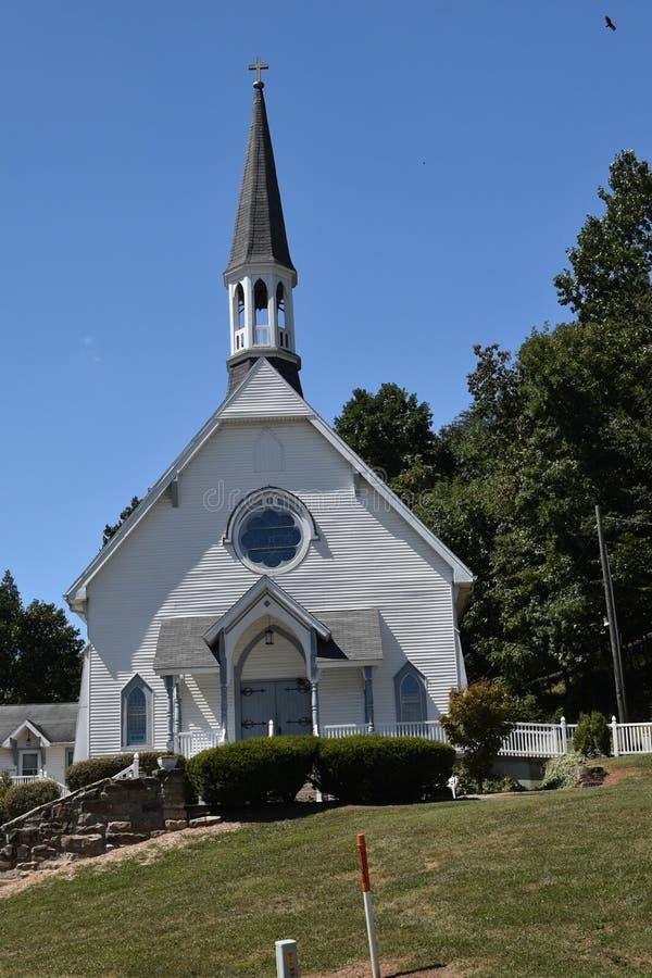 Igreja em um monte imagem de stock