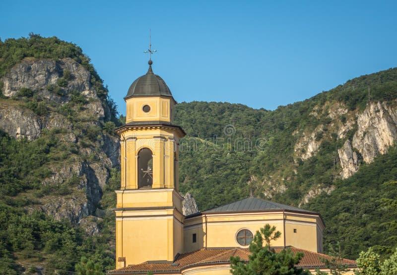 Igreja em uma vila foto de stock royalty free