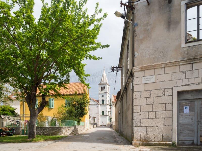 Igreja em uma vila na Croácia, ilha de Zlarin imagens de stock