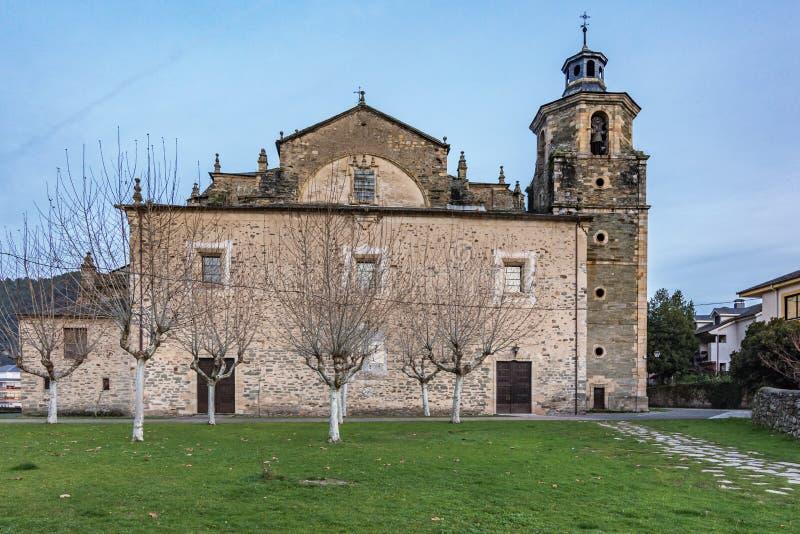 A igreja escolar de Santa MarÃa del Cluniaco, de Coruniego ou de Cruñego situado na cidade de Villafranca del Bierzo fotos de stock