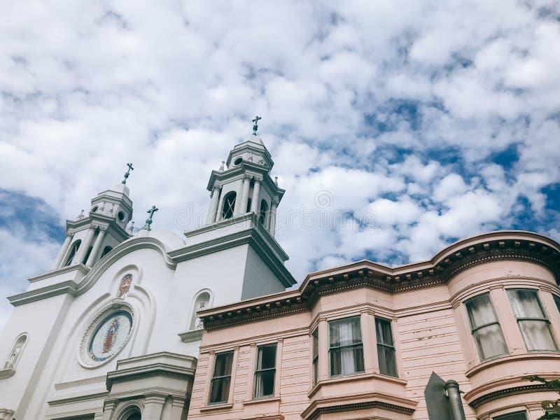 Igreja espanhola do estilo e construção vitoriano com fundo dramático do céu em San Francisco, Califórnia, Estados Unidos fotografia de stock
