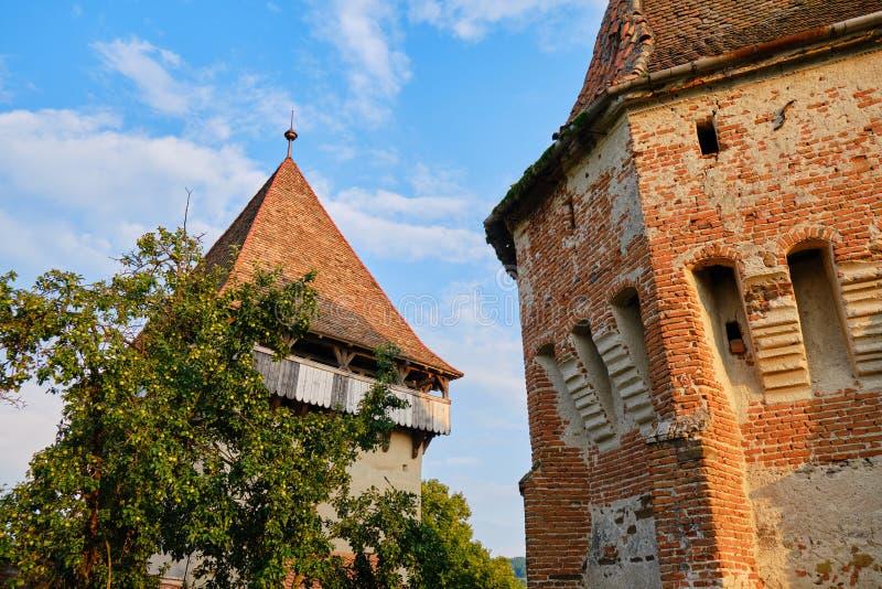 Igreja Fortificada Alma Vii - paredes externas renovadas na luz quente do sol Destino turístico na Transilvânia, zona rural foto de stock royalty free