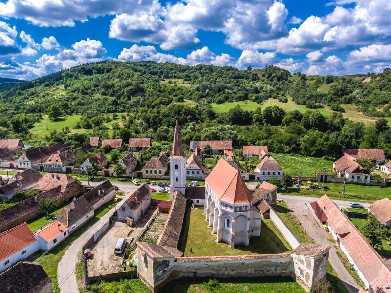 A igreja fortificada Cloasterf Vila saxona tradicional em Tra imagens de stock
