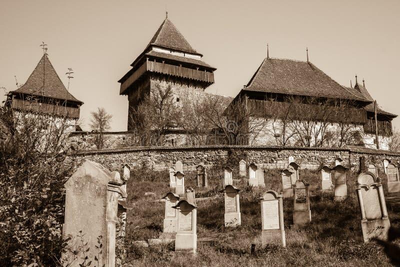 Igreja fortificada de Viscri, a Transilvânia - Sepia fotos de stock royalty free