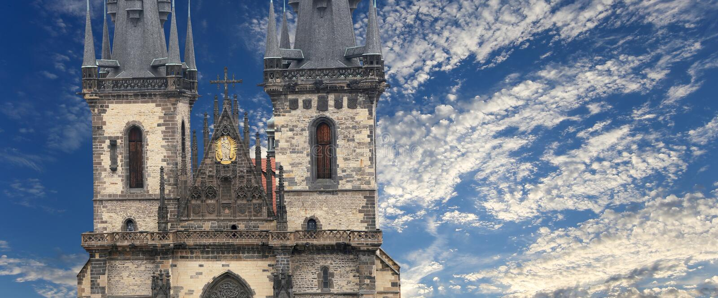 Igreja gótico da mãe do deus na frente de Tyn na praça da cidade velha, Praga, República Checa fotografia de stock royalty free