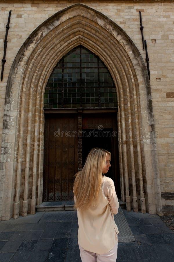 Igreja gótico da porta de madeira traseira da menina fotos de stock royalty free