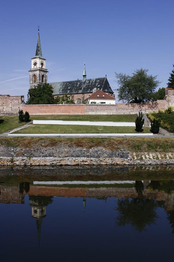 Igreja gótico de Nymburk- da cidade atrás dos fortifications foto de stock royalty free