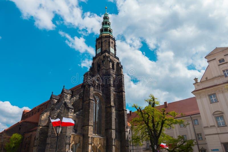 Igreja gótico velha de Swidnica que aumenta ao céu Torre escura alta fotos de stock royalty free