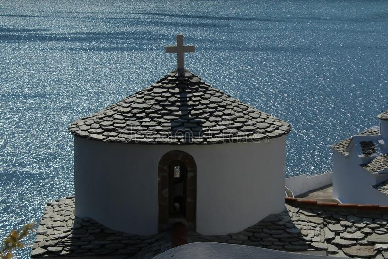 Igreja grega acima do mar fotos de stock