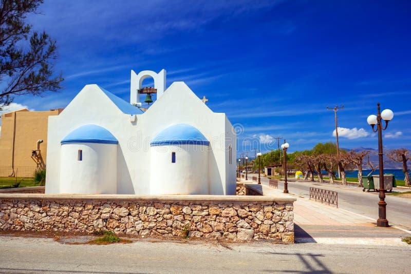 Igreja grega na praia de Maleme na Creta imagens de stock