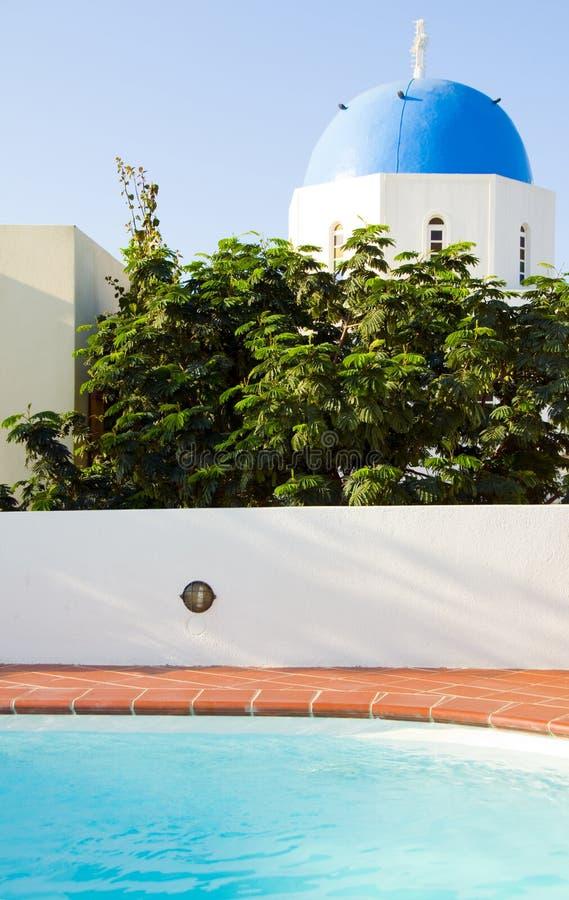 Igreja grega Santorini do console da piscina fotografia de stock
