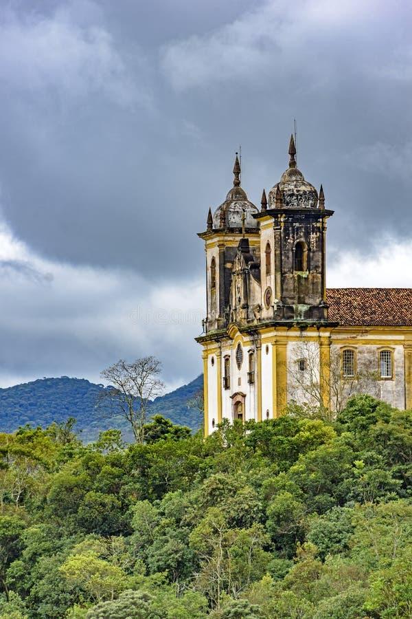 Igreja histórica antiga alta em uma de diversas montanhas da cidade de Ouro Preto fotografia de stock royalty free