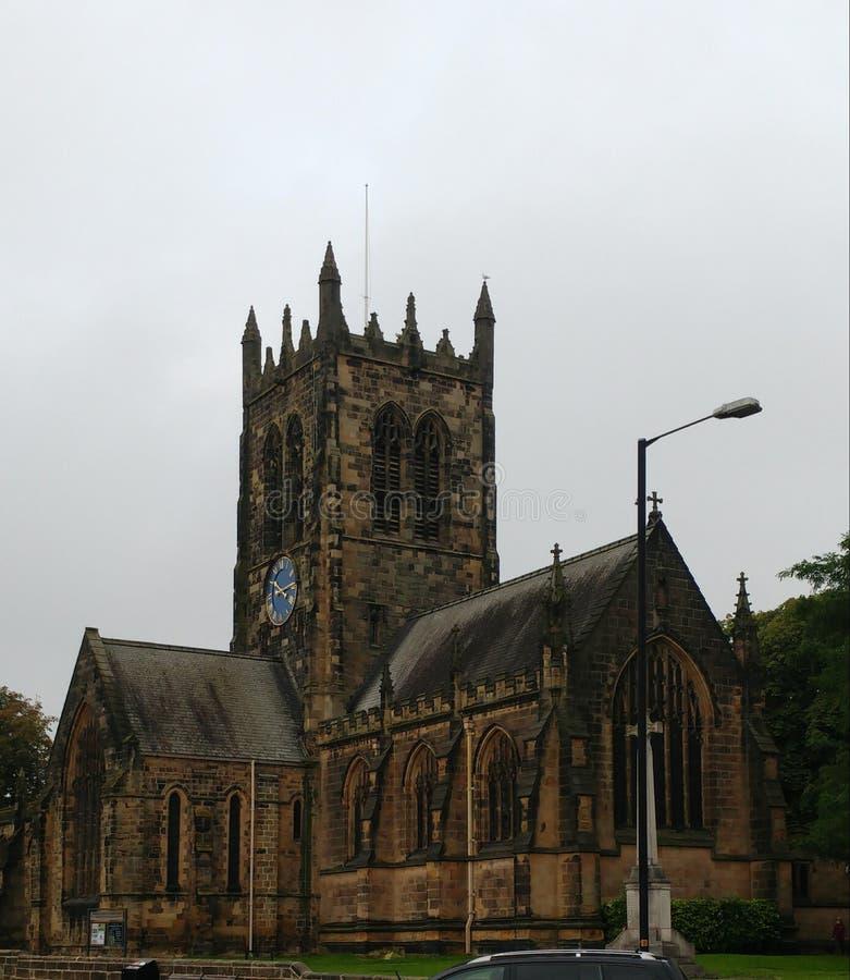 Igreja histórica no meio de uma vila fotos de stock