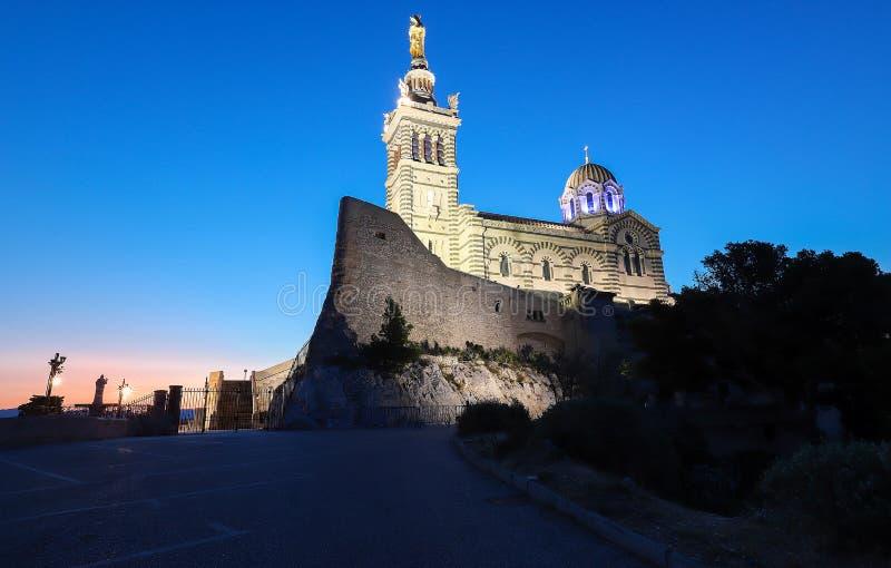 A igreja histórica Notre Dame de la Garde de Marselha em França sul no por do sol imagens de stock