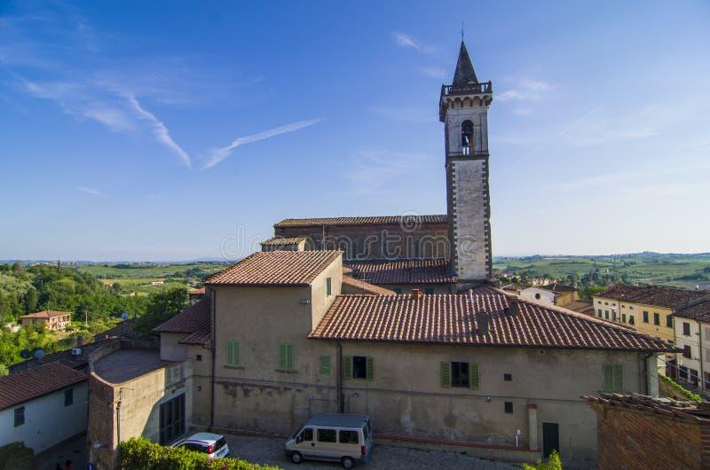 A igreja histórica vista de cima de e cultivada ajardina no fundo fotos de stock