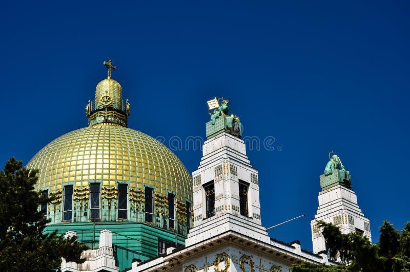 Igreja impressionante do art deco com cuppola dourado fotos de stock royalty free