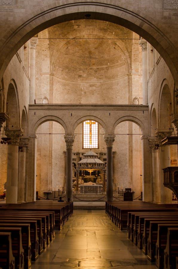 Igreja italiana católica inside Arcos e altar imagem de stock