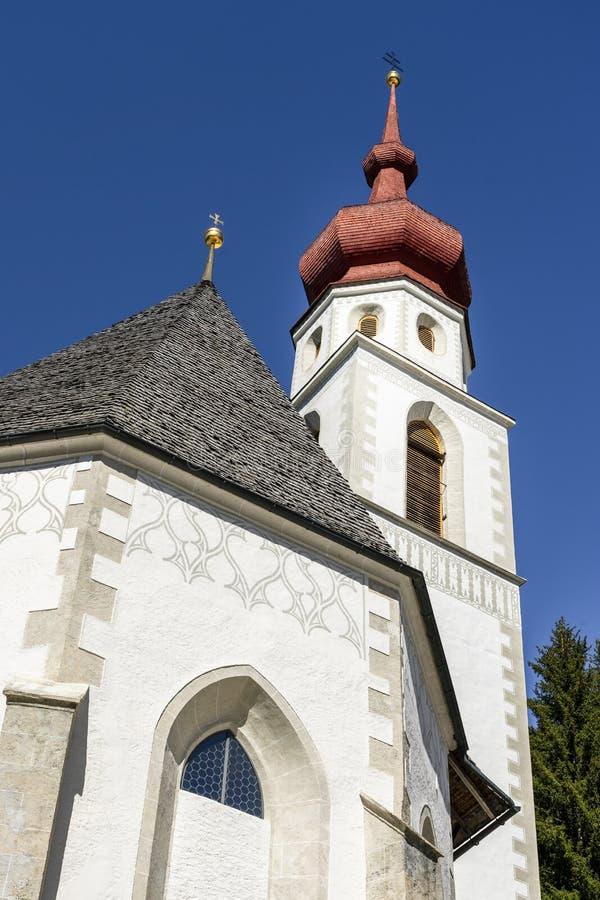 Igreja Kaltenbrunn nos cumes austríacos fotos de stock royalty free