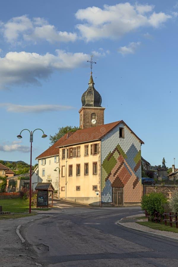 Igreja local no la grandioso, uma vila pequena de Colroy de Alsácia fotos de stock