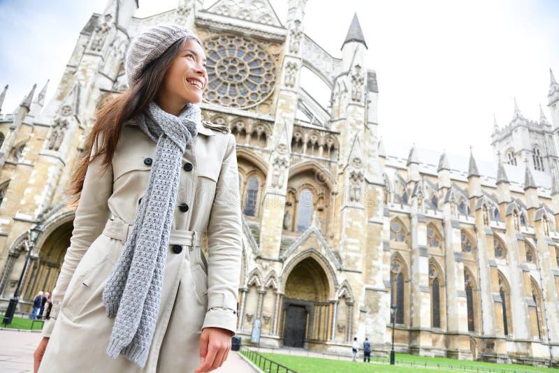 Igreja Londres da abadia de Westminster com jovem mulher fotos de stock royalty free