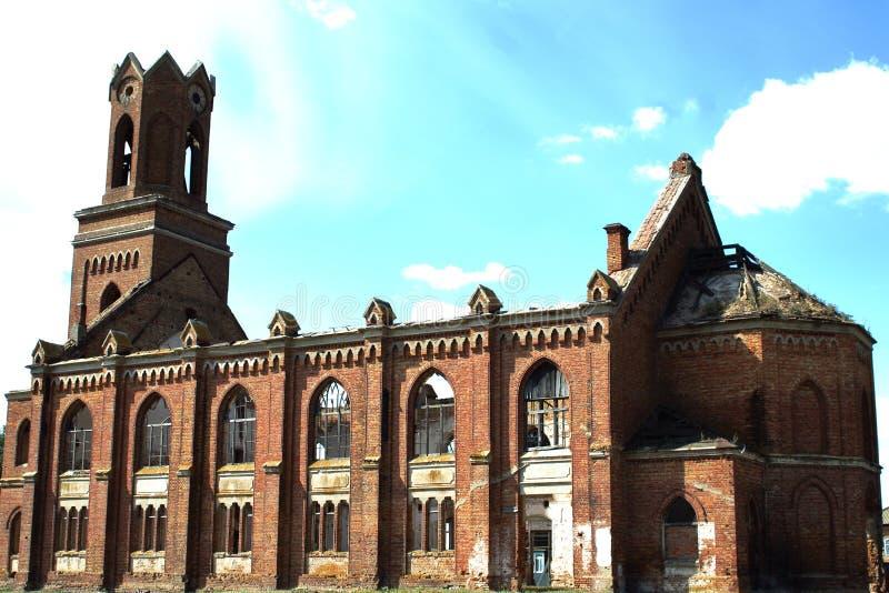 Igreja luterana arruinada do século XIX no estilo gótico no cantão alemão anterior da região de Saratov contra o céu azul Conceit imagens de stock royalty free