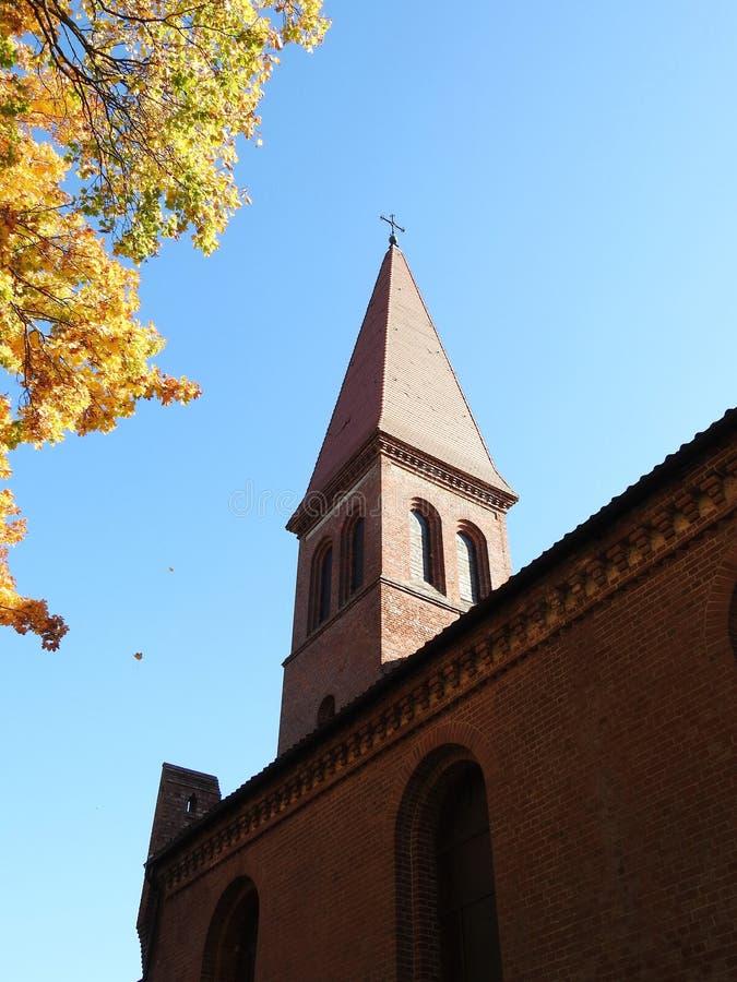 Igreja luterana evangélica vermelha, Lituânia foto de stock