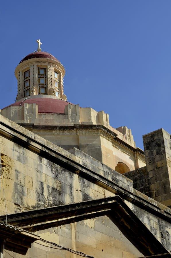 Igreja maltesa tradicional do tijolo de pedra amarelo em Valletta, Malta imagens de stock royalty free