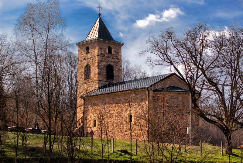 Igreja medieval cercada por árvores fotos de stock