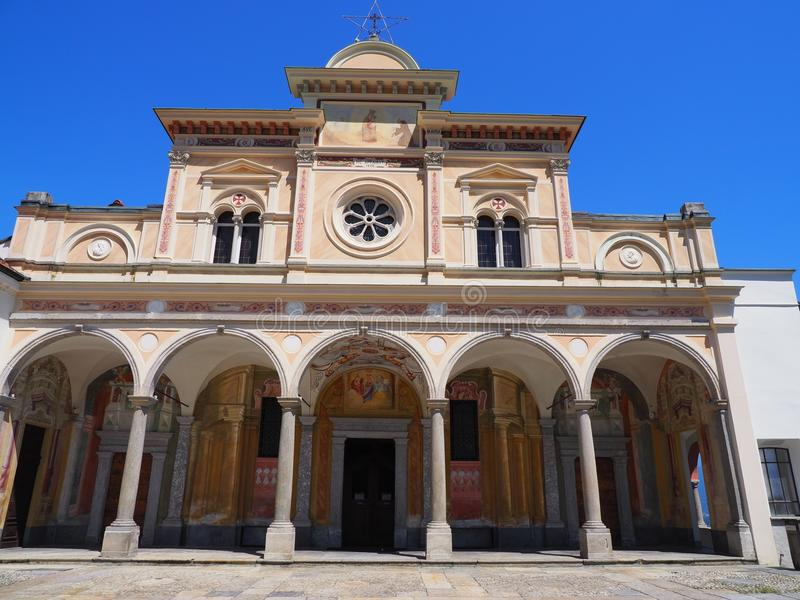 Igreja medieval de Madonna del Sasso da fachada da beleza com as colunas na cidade de Locarno no lago Maggiore em Suíça imagem de stock