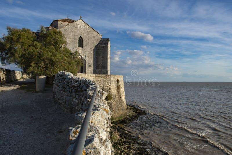 Igreja medieval de Sainte-Radegonde, sur Gironda de Talmont fotografia de stock royalty free
