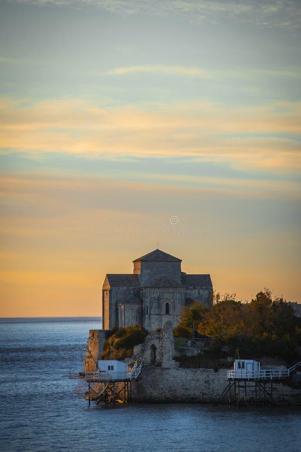 Igreja medieval de Sainte-Radegonde, sur Gironda de Talmont fotografia de stock
