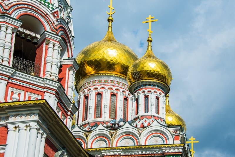 Igreja memorável de Shipka em Bulgária - fim disparada acima de elementos dourados imagem de stock royalty free