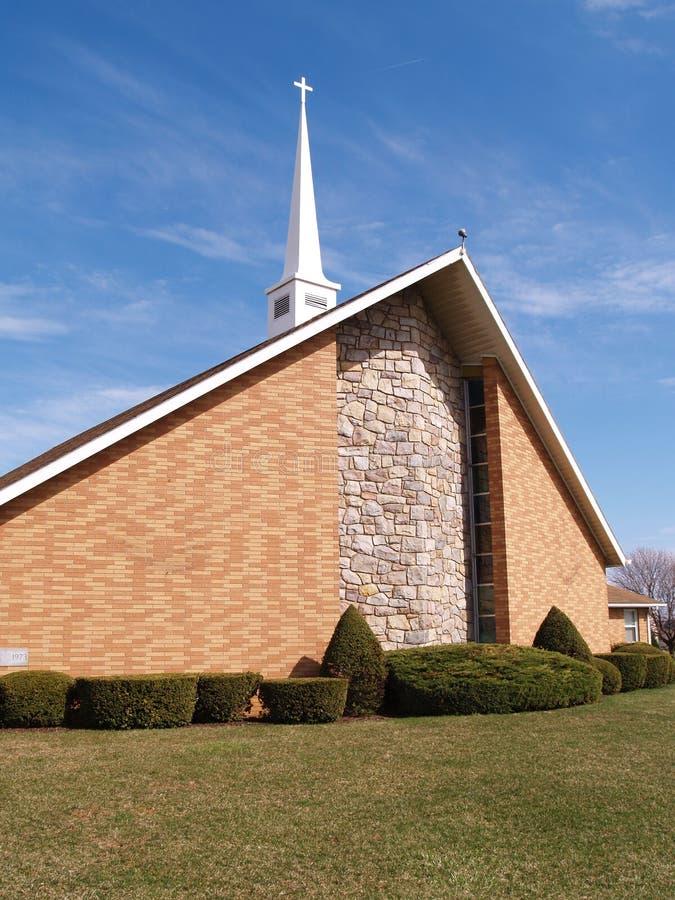 Igreja moderna do tijolo com steeple branco imagens de stock royalty free