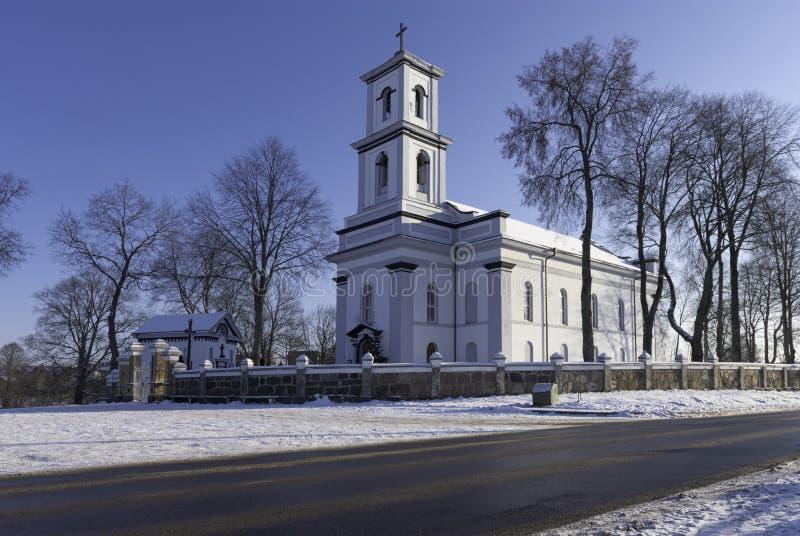 Igreja na cidade lituana foto de stock